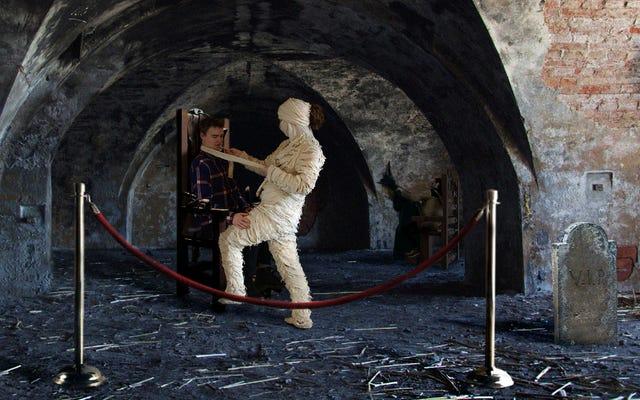 Гостей дома с привидениями сопровождают в VIP-зону, где они могут прикоснуться к исполнителям