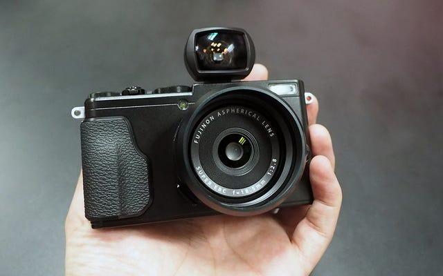 富士フイルムのX70は、私たちが待ち望んでいた手のひらサイズのレトロなスタイルのカメラです