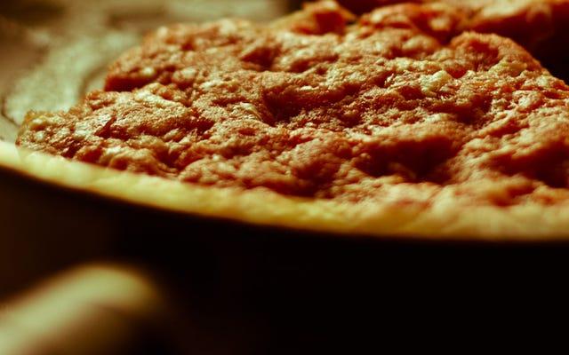 क्रिस्पी क्रस्ट के साथ फास्ट पिज़्ज़ा के लिए अपने पिज़्ज़ा को स्टोव पर गरम करें