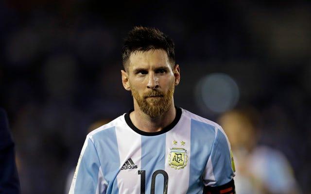 """Messi mówi, że nie obrażał sędziego, ale """"w powietrzu"""""""