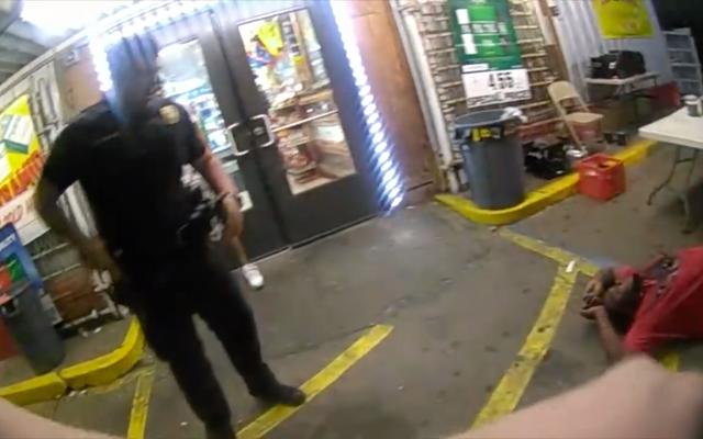 Policjant, który zabił Altona Sterlinga, przyłapany na wideo uderzającego w kajdanki mężczyznę: raport