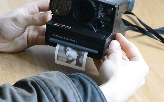 Este tipo pirateó una cámara Polaroid para imprimir en papel de recibo barato en lugar de una película cara