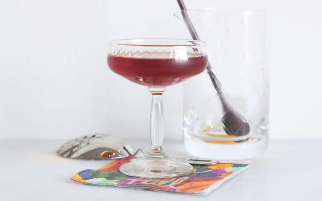 Este cóctel de vermú y pera es ideal para noches frescas