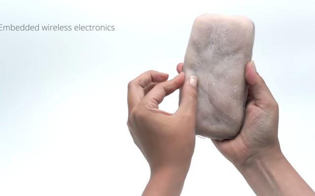 お使いの携帯電話に必要なのは、しなやかでつまむことができる人間の皮膚のコートです。