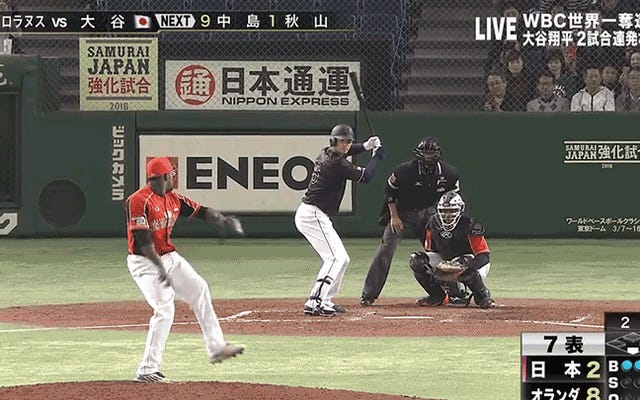 ผู้เล่นเบสบอลชาวญี่ปุ่นขว้างลูกบอลทะลุหลังคาสนามกีฬา