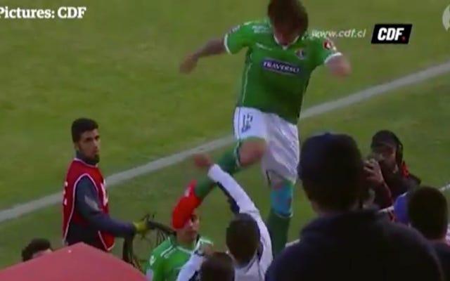 Bad Soccer Man s'excuse pour être monté sur des supports pour donner un coup de pied à un fan au visage