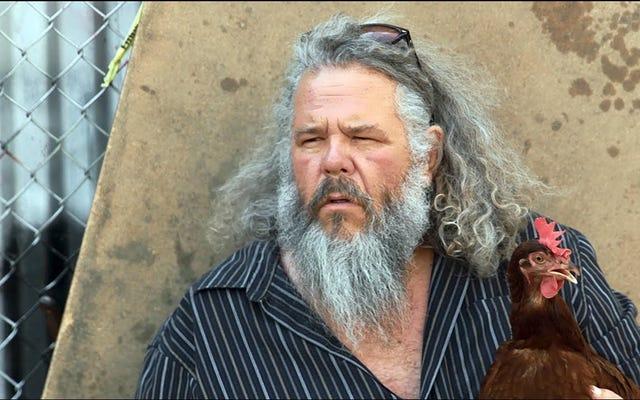 サンズオブアナーキーのマークブーンジュニアとインディーズスーパーグループのスウィートアップルの新しいビデオで彼のペットのチキンスター