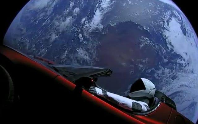 S'il vous plaît légender, Photoshop, ou sinon salir avec cette photo de la voiture spatiale d'Elon Musk