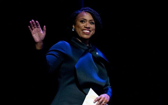 コリー・ブッカーとアヤンナ・プレスリーが黒人女性の妊娠関連の死亡を防ぐためにスイープ法案を発表
