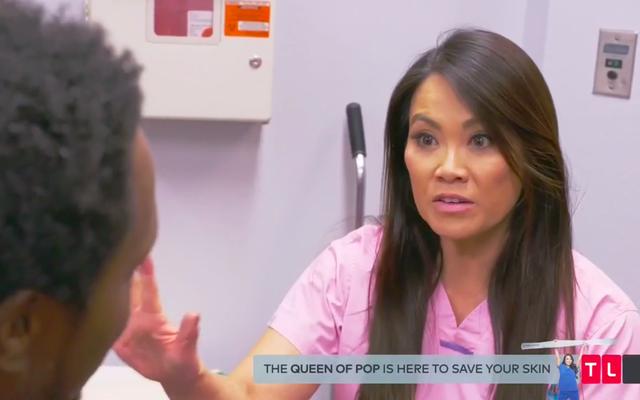 Consejos de belleza de alguien con un 'casco de caballo' que le sale de la cabeza, sobre Dr. Pimple Popper