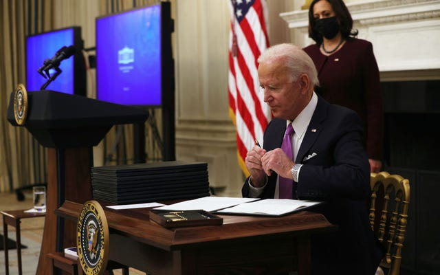 El juego de bolígrafo de Biden está en bolígrafo, firma acciones ejecutivas para aumentar los cupones de alimentos y acelerar el dinero de estímulo