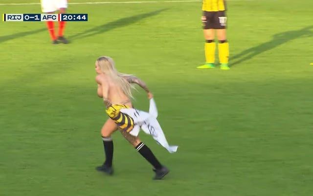 Người hâm mộ bóng đá Hà Lan thuê vũ công thoát y để chạy trên sân và đánh lạc hướng đối thủ