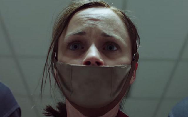 อนาคตของผู้เกลียดผู้หญิงของ Hulu's The Handmaid's Tale รู้สึกได้ถึงความน่าสะพรึงกลัวในการเข้าถึง