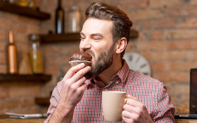 अध्ययन में पता चला है कि मानव मीठे पदार्थों को खा जाता है क्योंकि वे कमजोर होते हैं - वे कमजोर होते हैं और वे छोटे होते हैं