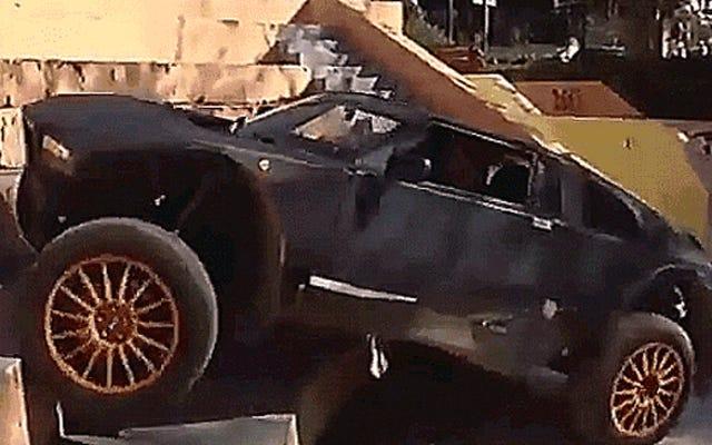 Sehen Sie sich diesen verrückten Offroad-Sportwagen an, der Treppen steigt und den Arsch tritt