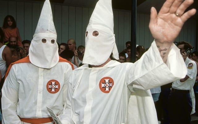 Un homme blanc qui portait une capuche KKK pour stocker ne fera pas face à des frais