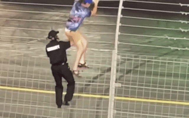 Người hâm mộ NASCAR kéo Charlotte ra khỏi hàng rào bằng quần của anh ấy