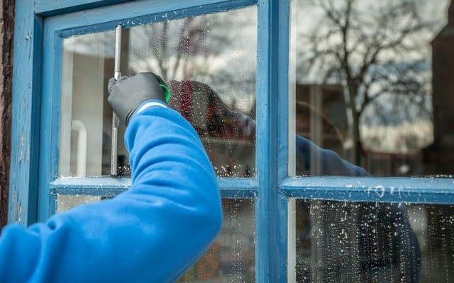 Bersihkan jendela Anda dengan pelembut kain jika Anda ingin menjaganya bebas debu lebih lama