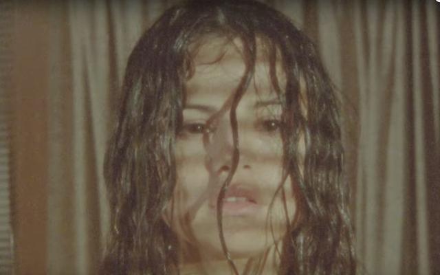 セレナゴメスは「フェチ」ビデオのセクシーだが悲しい主婦です