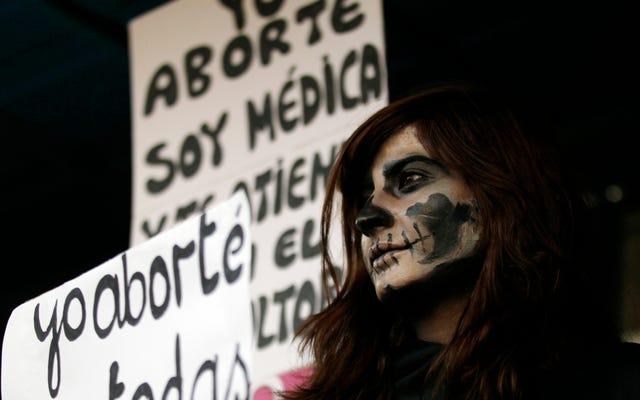 Víctima de violación salvadoreña de 19 años condenada a 30 años de prisión por dar a luz a un muerto