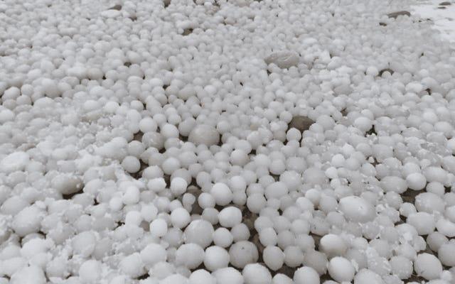 Sebuah pantai di Finlandia tampak tertutup oleh ribuan bola es. Beginilah cara mereka terbentuk