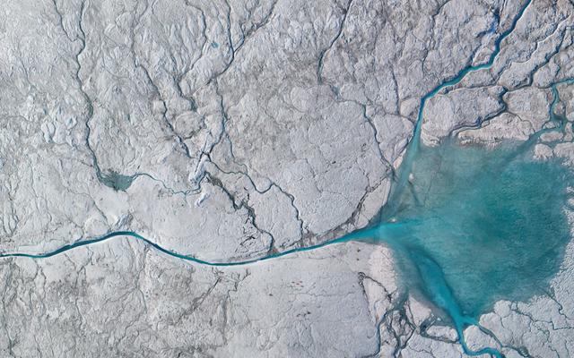 Setki lodowcowych rzek wlewają się do brzucha lodu Grenlandii