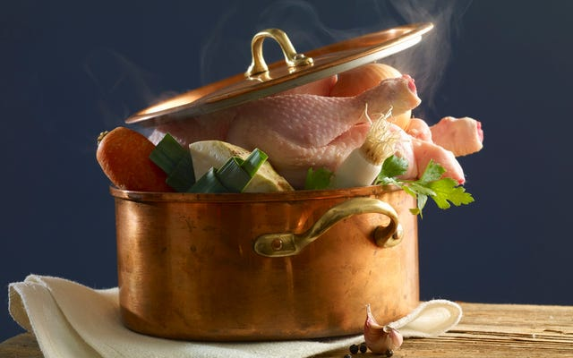 Le bouillon de poulet fait maison sépare les bons cuisiniers à domicile des bons