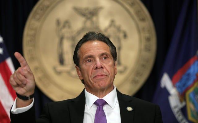 ニューヨーク州知事アンドリュー・クオモは、違法行為で解雇された後、警官が資格情報を保持できるように「抜け穴」を閉鎖したいと考えています
