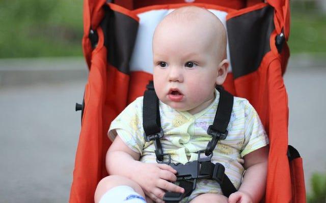 赤ちゃんは、特大の多色プラスチックキーなしで家を出たと感じて沈んでいます