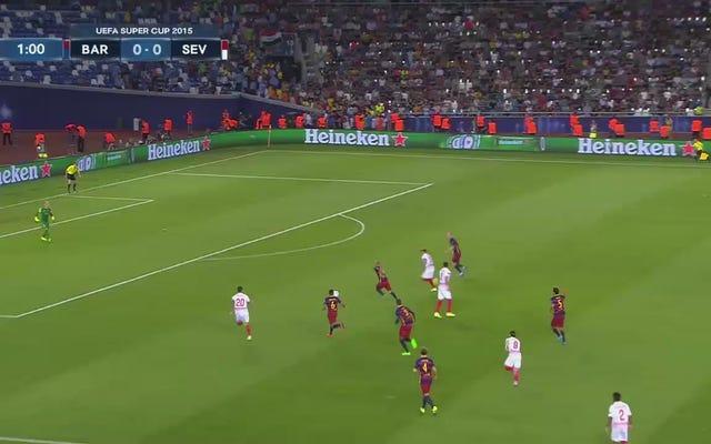 Lionel Messi i Ever Banega są w środku konkursu rzutów wolnych
