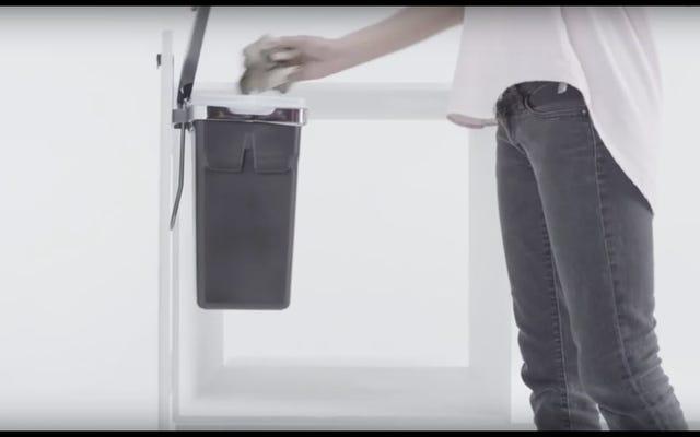 キッチンのゴミ箱をキャビネットのドアから吊るす