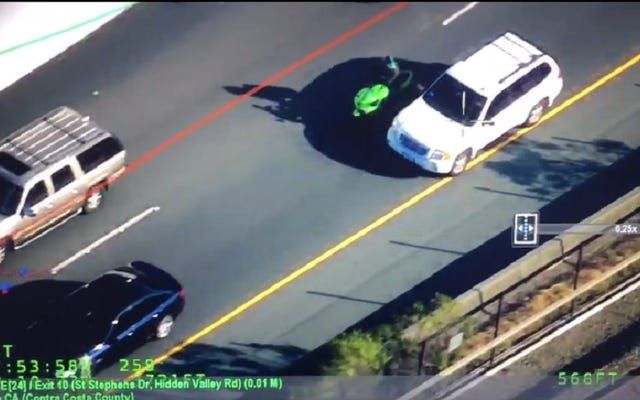 CHPヘリコプターが、運転手の鏡を定期的に壊したとして告発されたオートバイのライダーを発見し、彼の家を追った