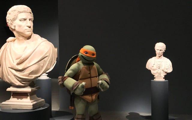 """Микеланджело из """"Черепашек-ниндзя"""" рассматривает работы меньшего Микеланджело"""