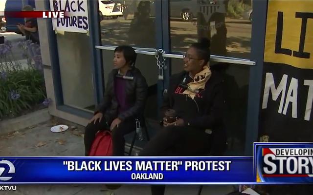 抗議者は、「私は豚を食べます、私は彼らと一緒に食べません」とカリフォルニア州オークランドに言います、警官のバーベキューの招待状