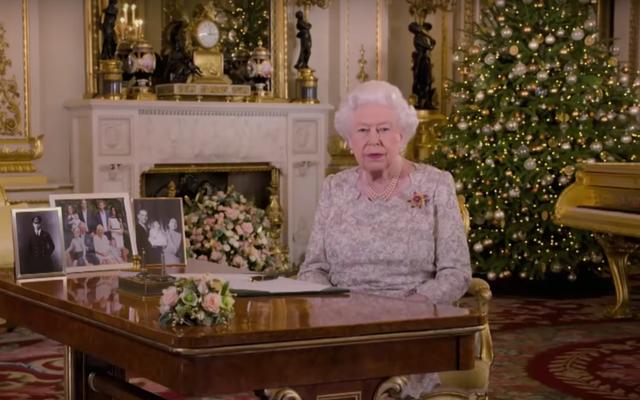 Reine avec piano d'or apparemment hors de portée
