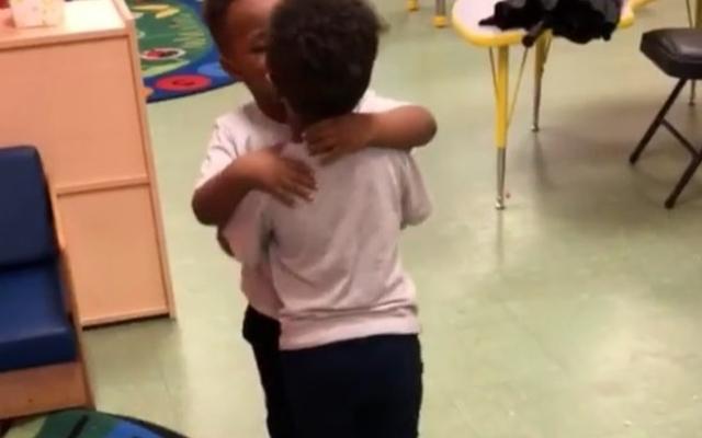 Madre se avergüenza después de publicar un video de sus hijos pequeños besándose