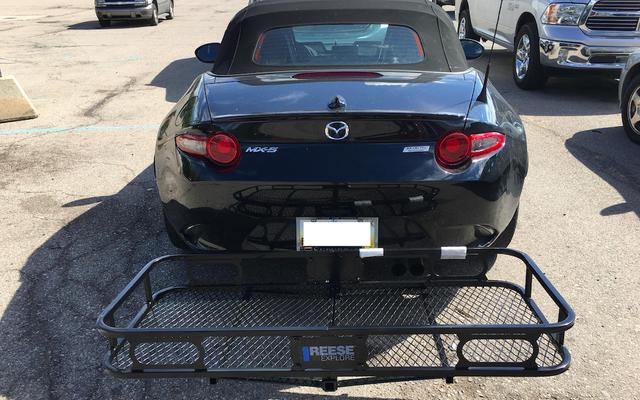 マツダミアータにトレーラーヒッチを取り付けることは信じられないほど簡単で、車の最大の欠陥を修正します