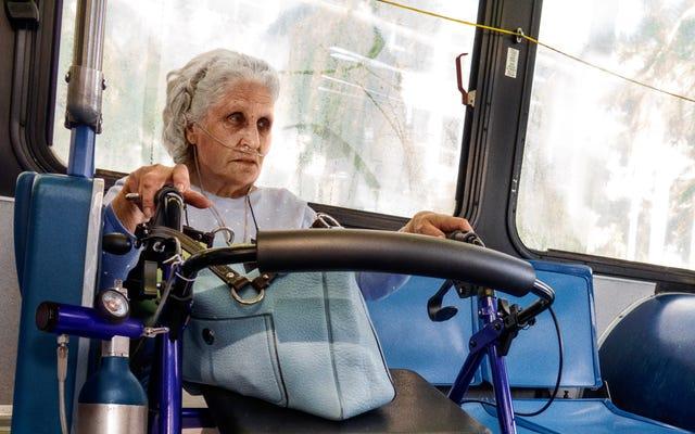 刑務所の庭で最も恐れられている囚人のように、酸素タンクを動かしている年配の女性がバスの優先席を引き継ぐ