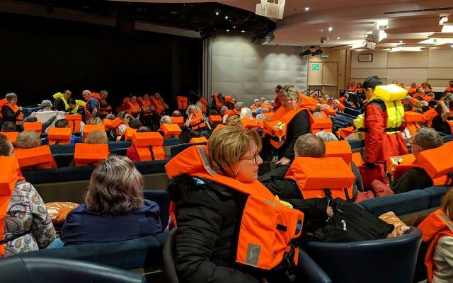 ノルウェーのクルーズ船が海で立ち往生したひどい週末の後に港に到着