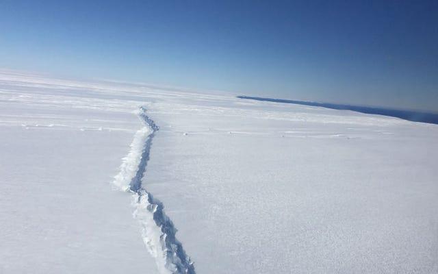 अंटार्कटिका का एक विशाल क्षेत्र ढहने वाला है, जिससे विशाल अनुपात का हिमखंड निकल रहा है