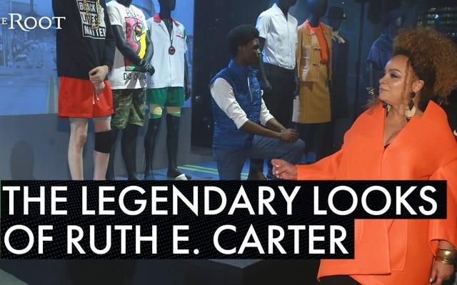 """Номинация на """"Оскар"""" легенда дизайна костюмов Рут Э. Картер получает цветы во время Недели моды в Нью-Йорке"""