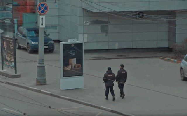 रूस में प्रतिबंधित भोजन का यह विज्ञापन पुलिस के दृष्टिकोण के अनुसार बदल जाता है