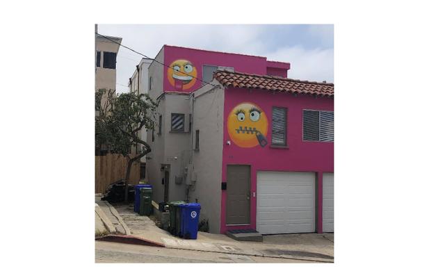 私はしぶしぶこの陽気な、本当にささいなピンクの絵文字リベンジハウスに触発されています