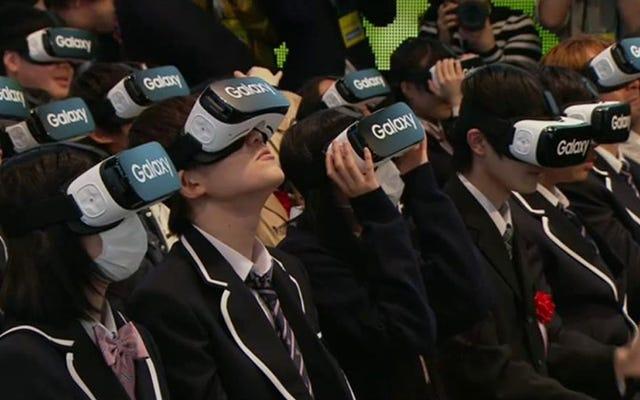 Des étudiants japonais portent des casques VR lors d'une cérémonie scolaire