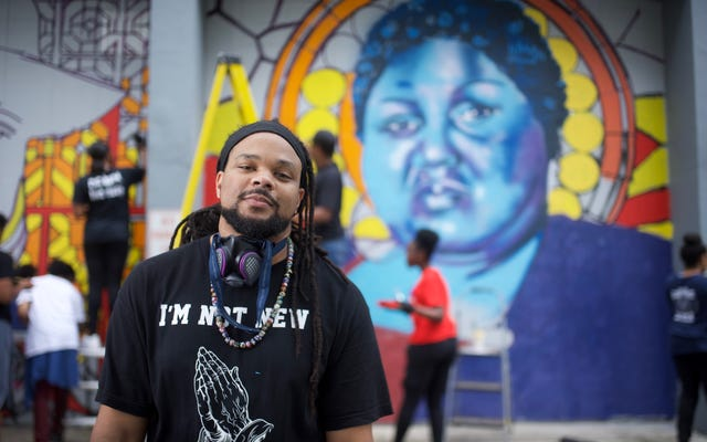 黒くぬれ!:ニューオーリンズのアーティスト「Bmike」がクイーンシュガーに登場し、黒さの輝かしい美しさを祝う