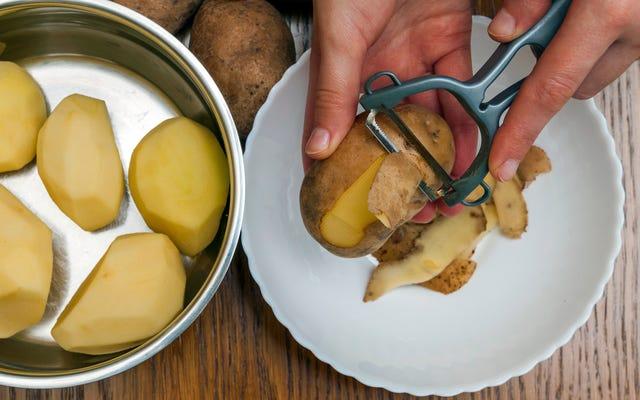 Rincer les pommes de terre après l'épluchage, pas avant