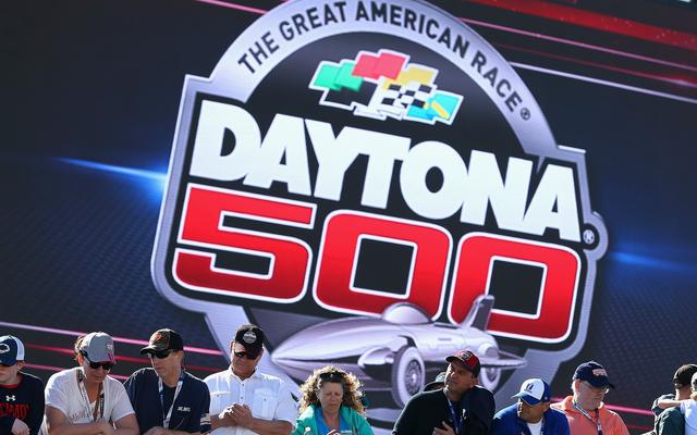 NASCAR की कहानियों का एक त्वरित विवरण जिसे आपको डेटोना 500 में जाने की आवश्यकता है