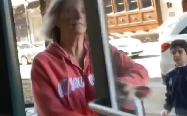 #LeavingYourApartmentWhileBlack: Mujer blanca se niega a permitir que una adolescente negra salga de su propio edificio de apartamentos