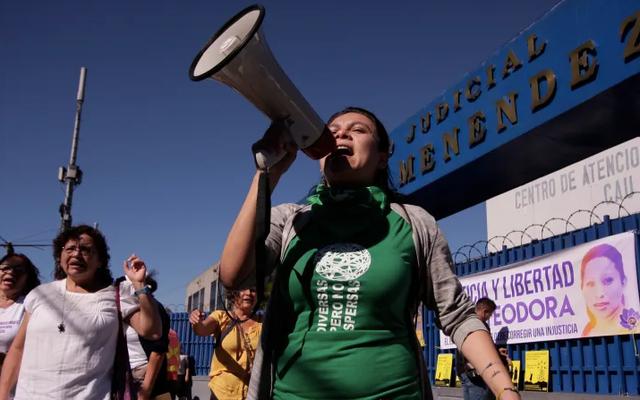 中絶未遂で告発されたエルサルバドルの女性が18か月の拘留後に無実であることが判明