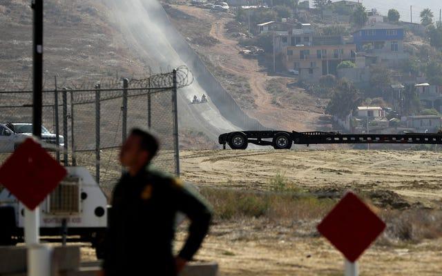 人道に対する罪のカードは、初日にドナルド・トランプの国境の壁を台無しにするプロモーションを売り切れます